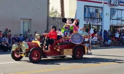 Minnie and Mickey Mouse at the Fiestas Patrias Parade